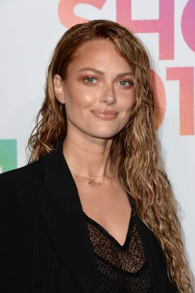 Pour le show Etam 2018, Caroline Receveur affichait des longueurs bouclées et wet look ultra sexy.
