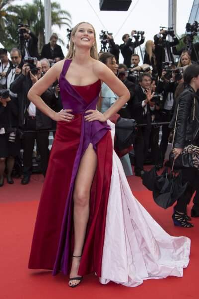 Toni Garrn s'est prêtée au jeu des photographes sur le tapis rouge du Festival de Cannes