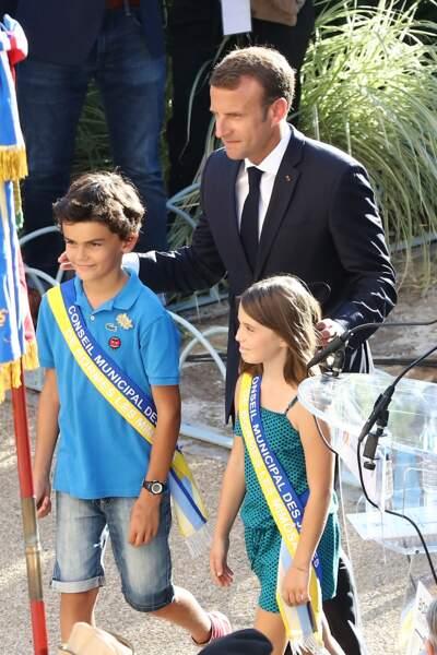 Les enfants du village très fiers d'être au côté du président