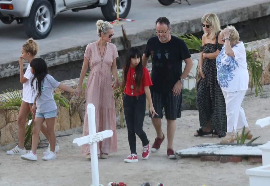 Laeticia Hallydayse rend sur la tombe de Johnny Hallyday avec Jade, Joy et leur parrain Jean Reno