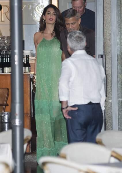Amal Clooney sublime en robe longue verte et fluide signée Stella Mac Cartney