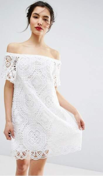 Asos Premium - Robe en dentelle à épaules dénudées (81,99 euros)