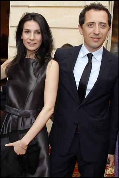 Gad Elmaleh auprès de Marie Drucker à la cérémonie de l'ordre national du mérite en 2010
