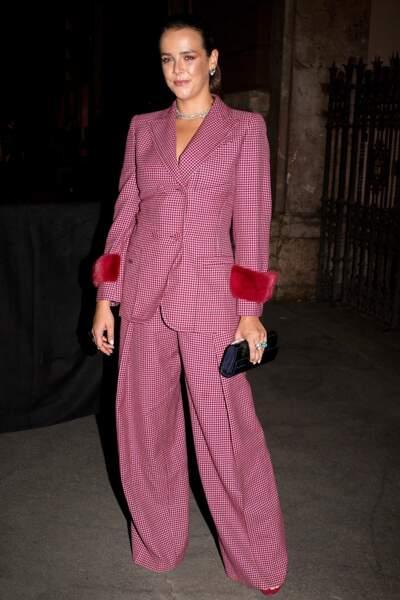 Pauline Ducruet arrive au gala AmFar à Milan dans un tailleur rose aux détails fourrure sur les manches.