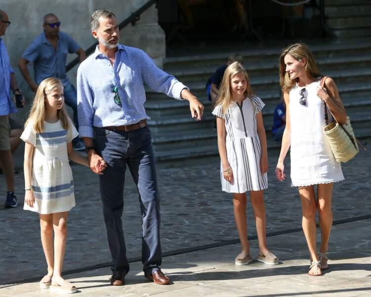 La princesse Leonor et Sofia sont grandes mais continuent à donner la main au roi Felipe VI et à Letizia d'Espagne