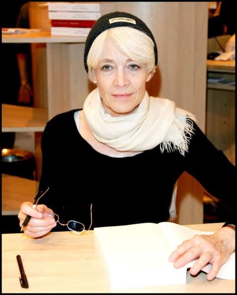 Françoise Hardy, en séance de dédicace; l'écriture reste pour elle, qui avoue vivre en recluse à Paris, une rampe.