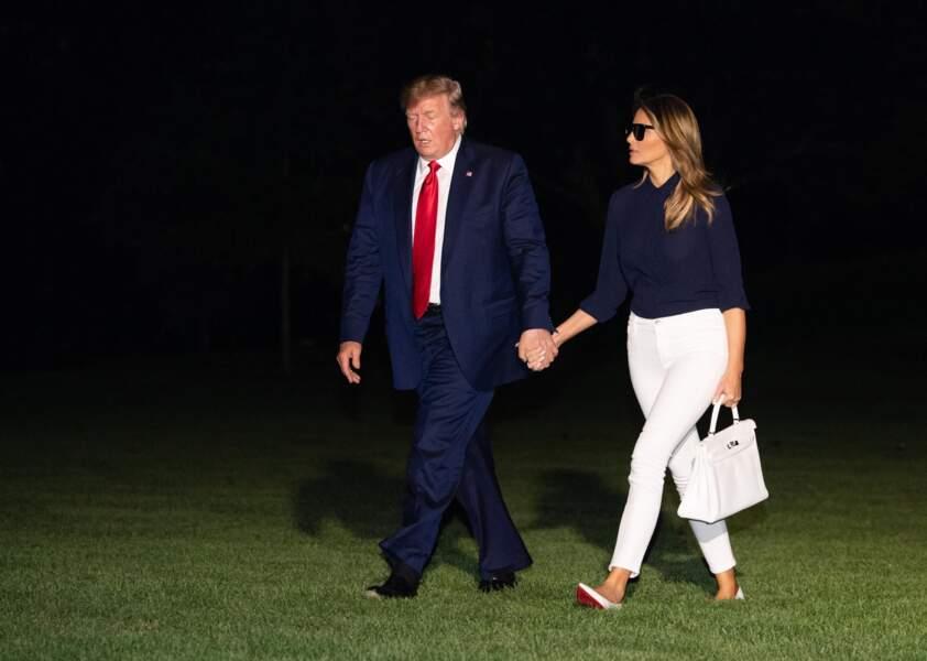 """Melania Trump arrive à la Maison Blanche avec un sac """"Kelly"""" de Hermès, à Washington, le 26 août 2019."""