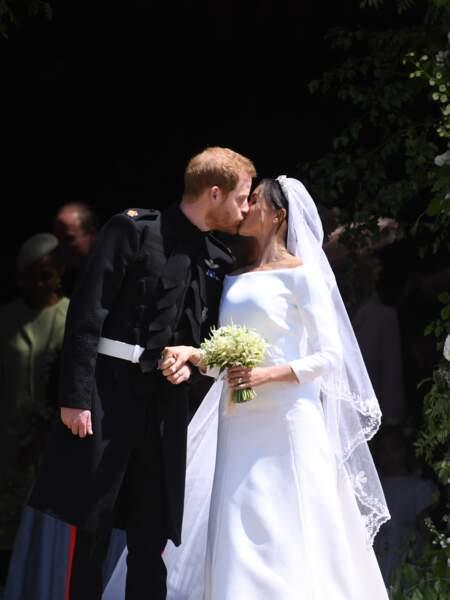 Le couple s'est embrassé sur le parvis de la chapelle St George devant une foule en liesse