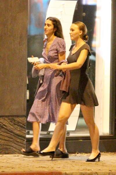 Lily-Rose Depp est allée dîner avec une amie dans un restaurant à Hollywood