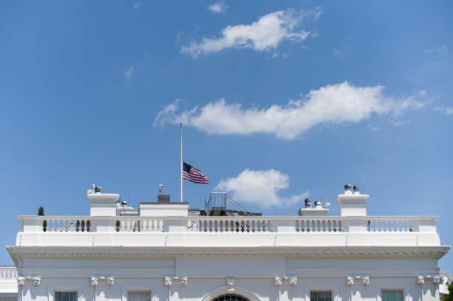 Drapeau de la maison blanche en berne.