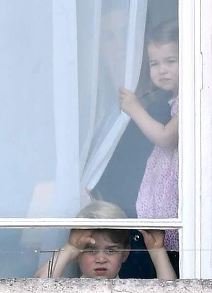 Princesse Charlotte et Prince George, avec leur nounou, derrière l'une des fenêtre du palais