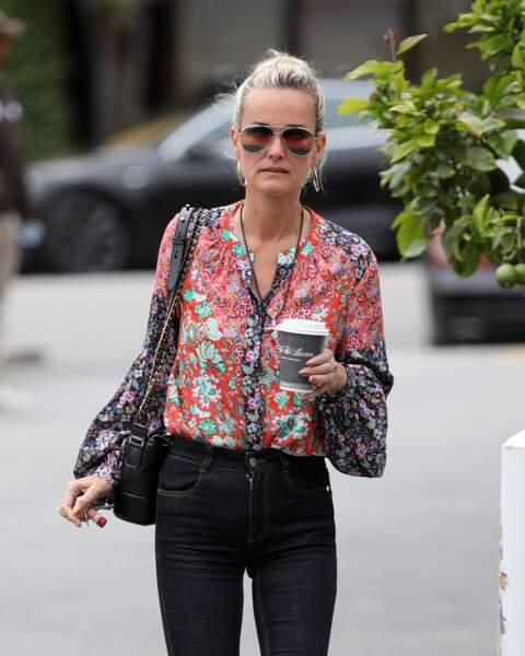 Laeticia Hallyday en blouse fluide à imprimé fleuri et jean bootcut, à Santa Monica le 2 mai 2018