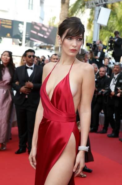 """Bella Hadid à la montée des marches du film """"La fille inconnue"""" en 2016"""