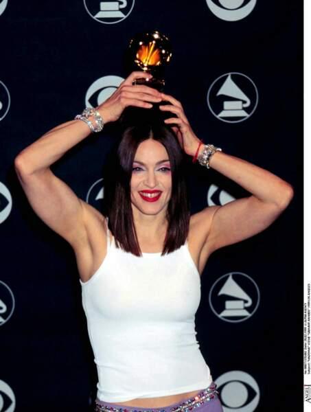 Madonna et son carré long brun plongeant lors des Grammy Awards en 1999