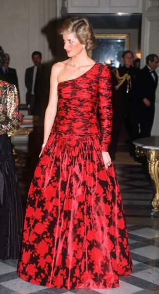 Entre audace et classicisme, la robe au décolleté asymétrique à motifs fleuris Catherine Walker