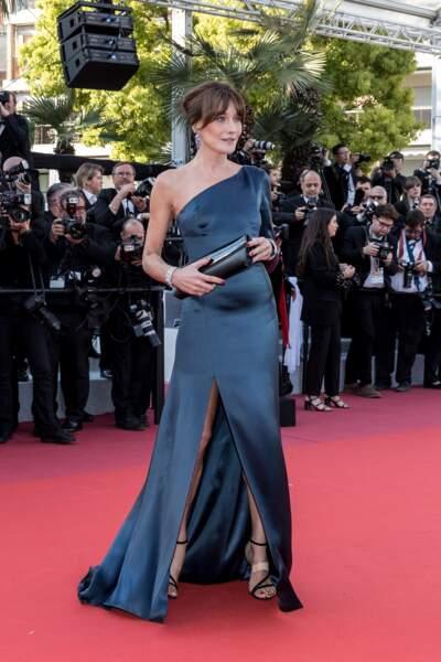 Carla Bruni Sarkozy somptueuse en robe fendue sur-mesure Celine