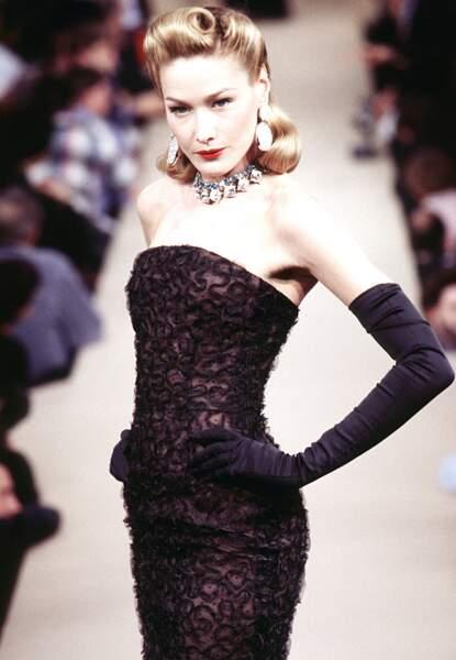 Carla Bruni, cheveux blonds et frange roulée, un look rétro très hollywoodien, au défilé Yves Saint Laurent en 1996