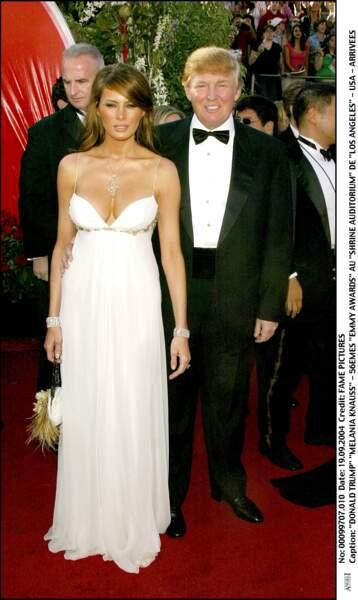 Melania au bras de Donald Trump lors de cérémonie des Emmy Awards, le 19 septembre 2004 à Los Angeles, avec une longue robe blanche très glamour.