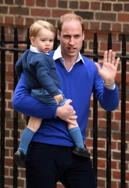 William et George devant l'hôpital St-Mary à Londres le 2 mai 2015