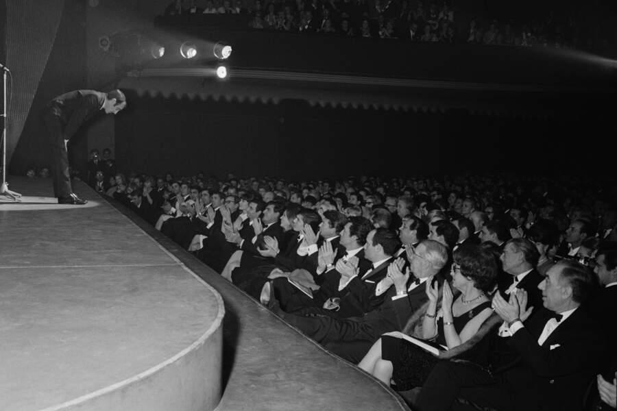 Le chanteur Charles Aznavour se produit sur scène à l'Olympia.