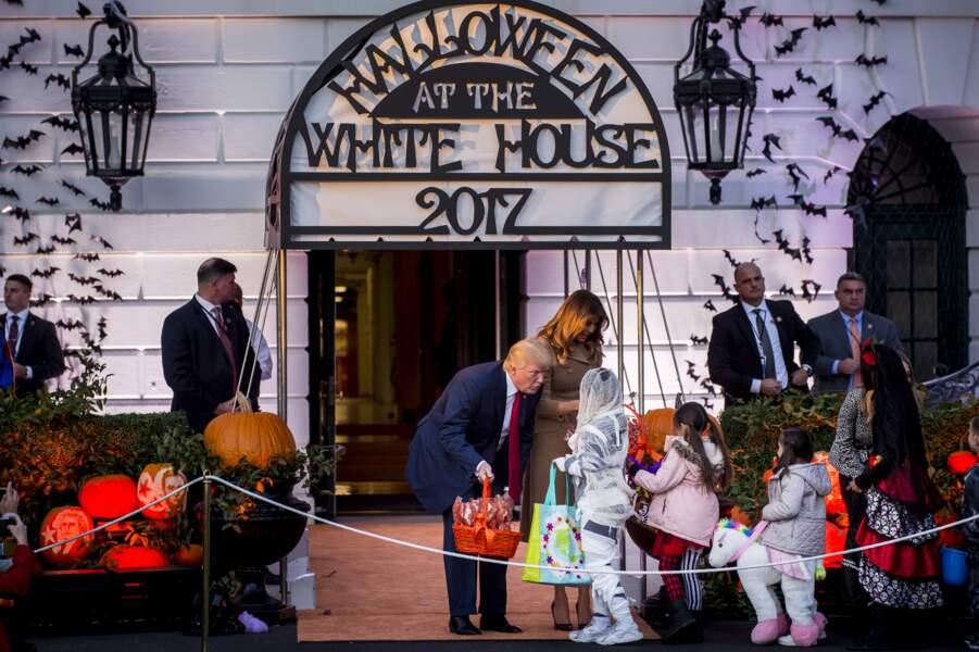 Donald et Melania Trump saluent les enfants venus fêter Halloween à la Maison Blanche