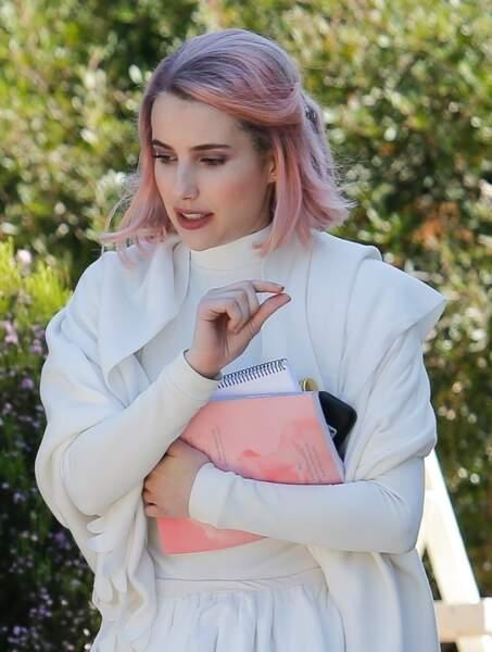 Emma Roberts mixe le carré avec différentes nuances de couleurs comme les cheveux roses