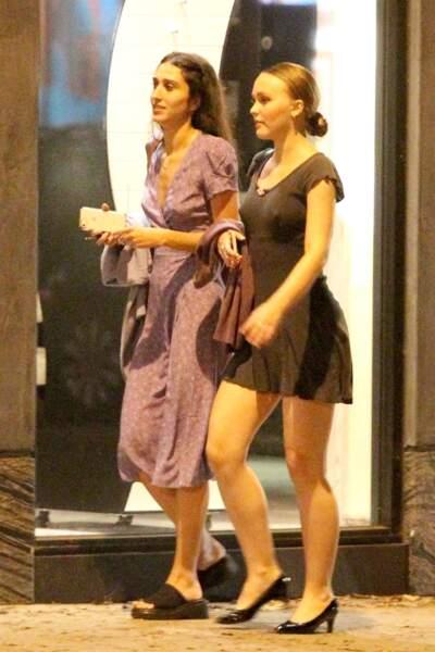 Lily-Rose Depp accompagnée d'une amie