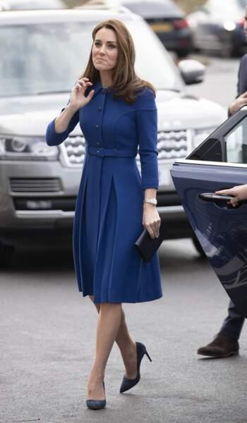 Kate Middleton dans un total look bleu recycle une robe de 2017