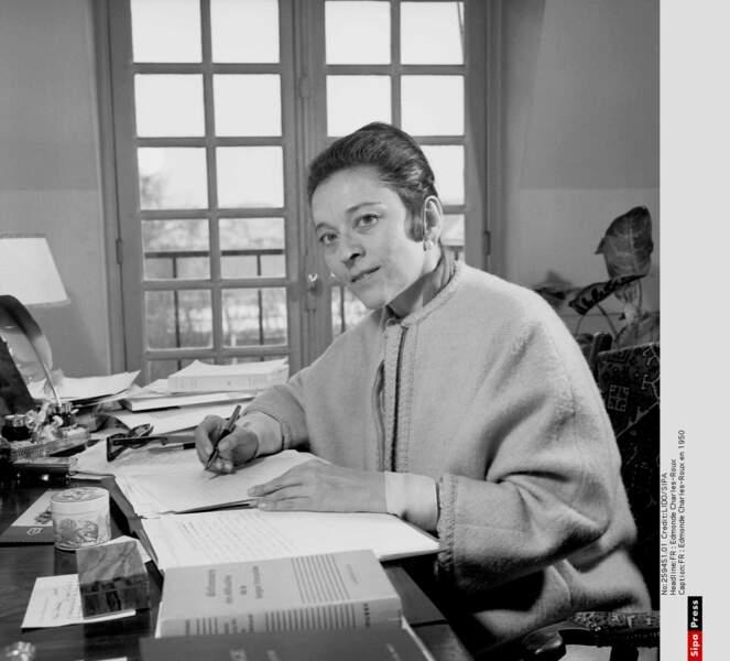 Edmonde Charles-Roux, chez elle, à son bureau, en 1950