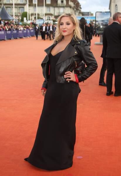 En perfecto et robe noire au Festival de Deauville en septembre 2017