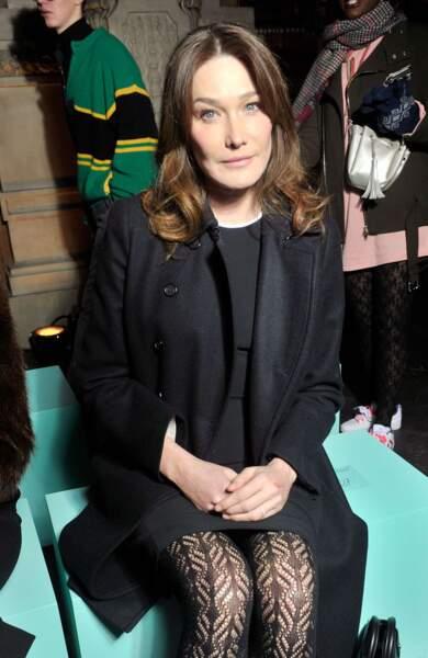 Avec ses collants et sa petite robe noire, l'épouse de Nicolas Sarkozy était très élégante