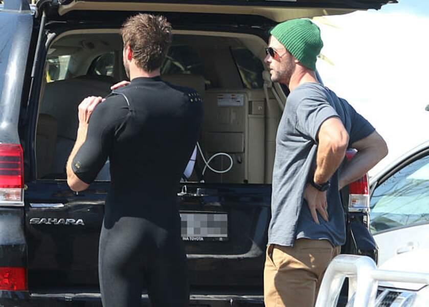 Liam Hemsworth et son frère Chris Hemsworth, finissant d'enfiler sa combinaison