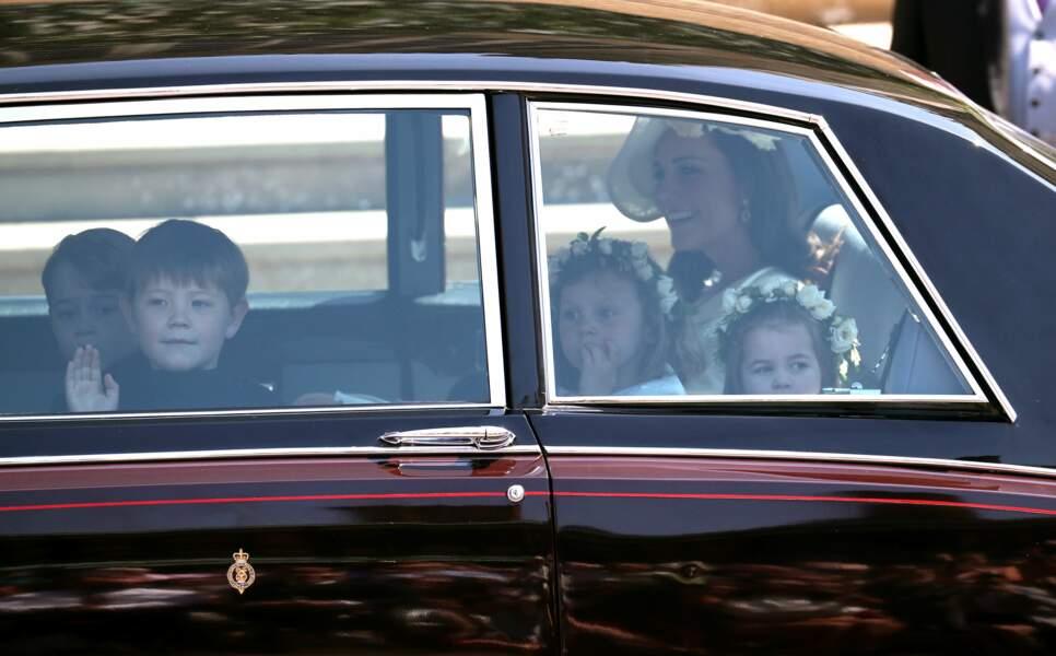 On y voit le prince George (au fond à gauche) face à sa mère Kate Middleton et la princesse Charlotte (devant)
