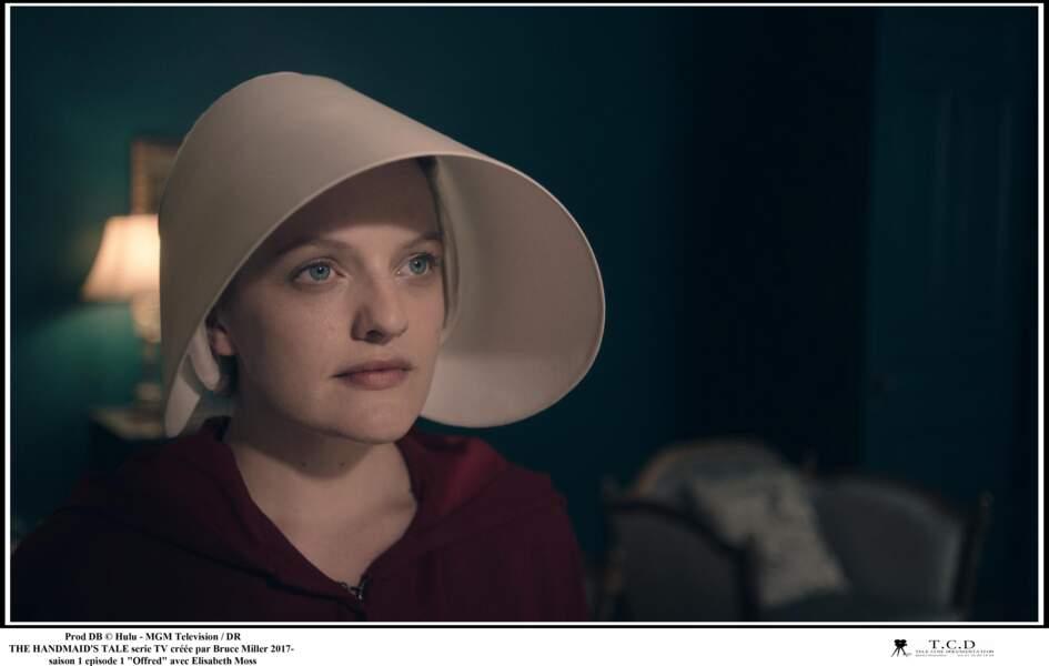 Elisabeth Moss incarne Offred dans la série The Handmaid's Tale : La Servante écarlate