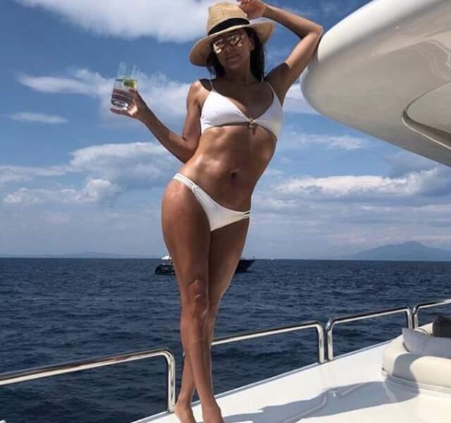 Eva Longoria, affiche sa jolie silhouette de jeune maman dans son deux-pièces blanc, le 17 juillet