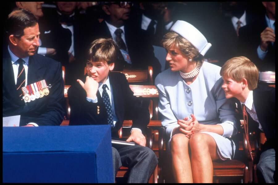Le prince Harry, facétieux, avec Charles, Diana et William lors du 50e anniversaire du parlement à Hyde Park (1995)
