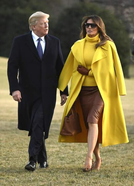 Melania Trump a opté pour un look marron et jaune avec ses escarpins léopard Manolo Blahnik.