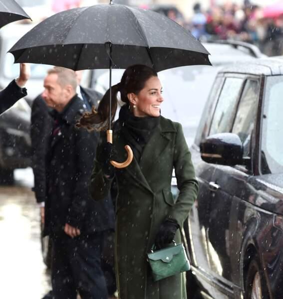 Sous son manteau olive, Kate Middleton a opté pour une robe Michael Kors