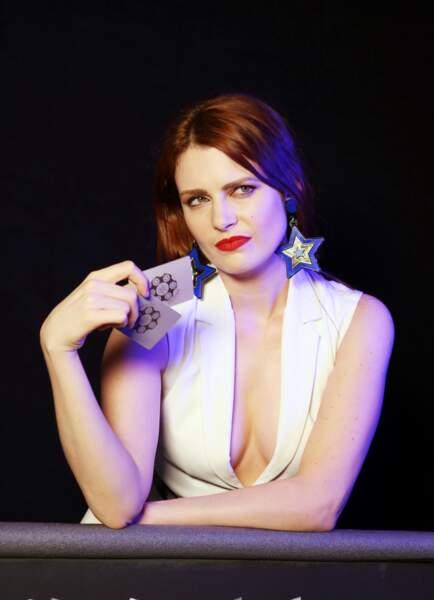 Elodie Frégé, sublime avec un rouge à lèvres rouge et une robe décolletée Paule Ka
