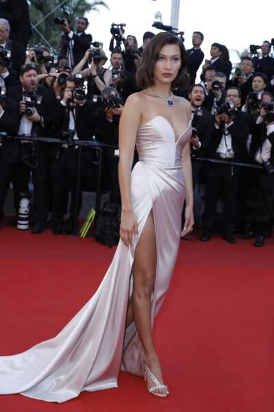 """Bella Hadid à la montée des marches du film """"Les Fantômes d'Ismaël"""" en 2017"""