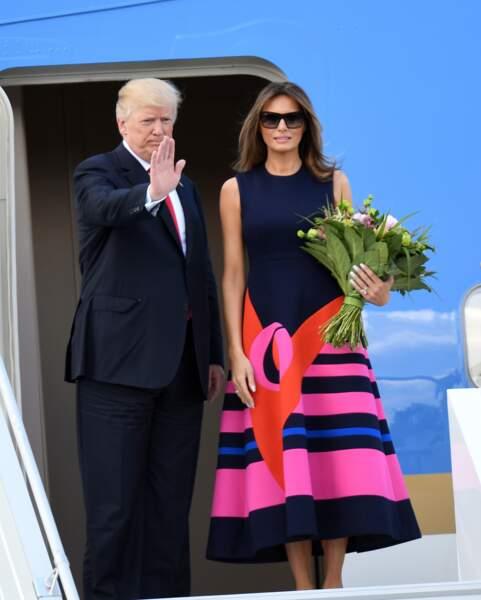 6 juillet: autre robe évasée à emmanchures américaines, griffée Delpozo, pour son arrivée en Pologne