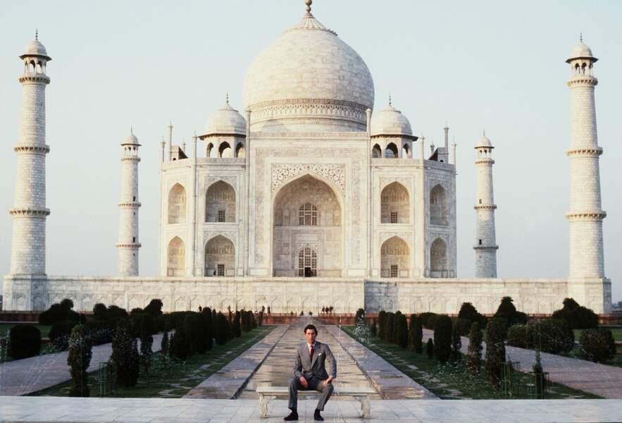 Douze ans avant la photo culte de Lady Di, le prince Charles pose seul devant le Taj Mahal