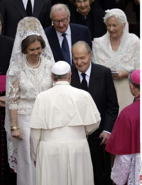 Au bras du roi Juan Carlos d'Espagne , la reine Sofia s'affiche en blanc et en mantille
