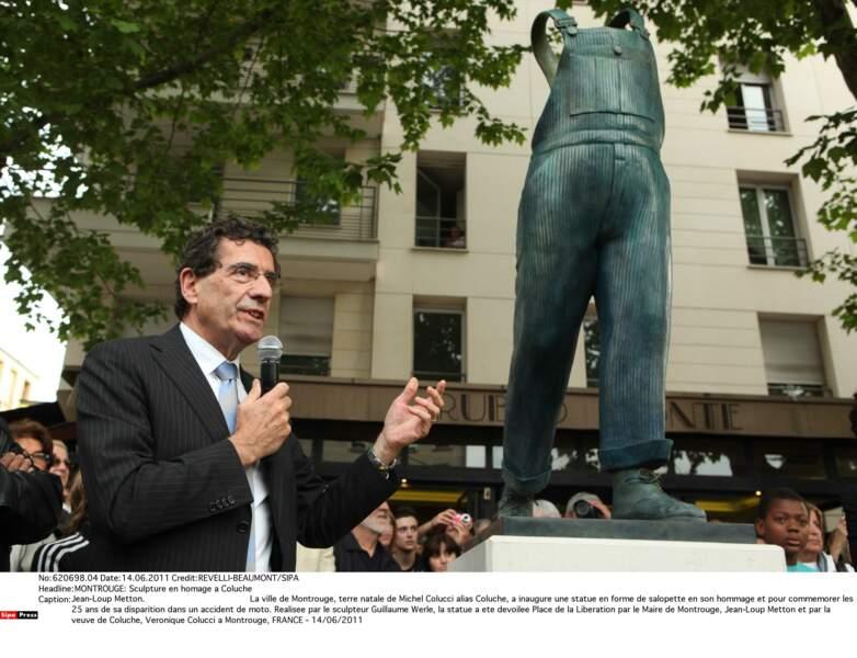 Sculpture en hommage a Coluche. La salopette pour représenter l'Homme