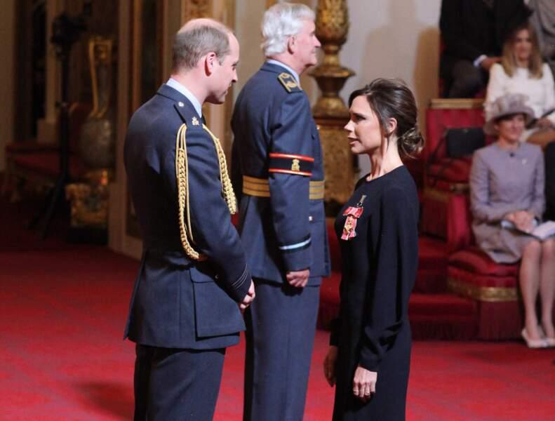 Victoria Beckham à l'investiture dans Buckingham Palace à Londres.