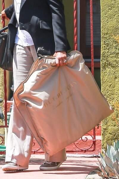 La femme de 61 ans a en effet fait le trajet avec une housse de vêtement Burberry