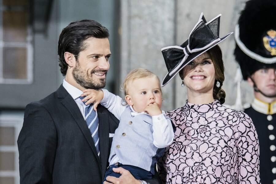 Le prince Carl Philip de Suède en compagnie de sa femme Sofia enceinte et de leur fils Alexandre le 14 juillet 2017