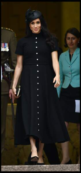 Meghan Markle chic et sobre dans une robe noire signée Emilia Wickstead, créatrice néo-zélandaise, le 20 octobre