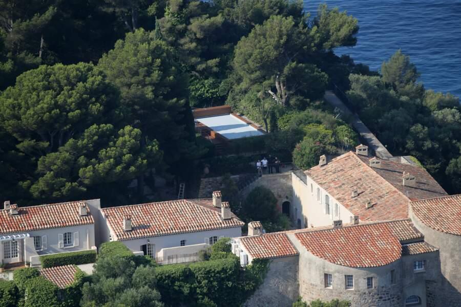 Vue sur le fort et la fameuse piscine, où Emmanuel et Brigitte Macron passent leurs vacances