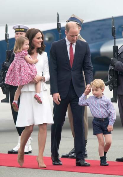 Le prince George zigzague sur le tapis rouge sa main dans celle de son père.